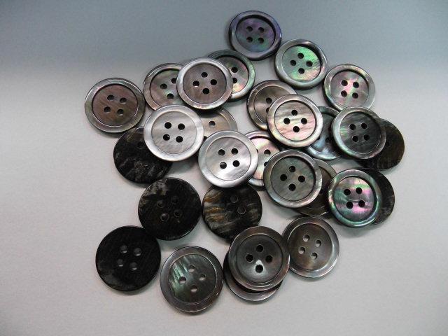 554SM黒蝶貝(皿) (4穴) 20mm 1個 55円(税込)