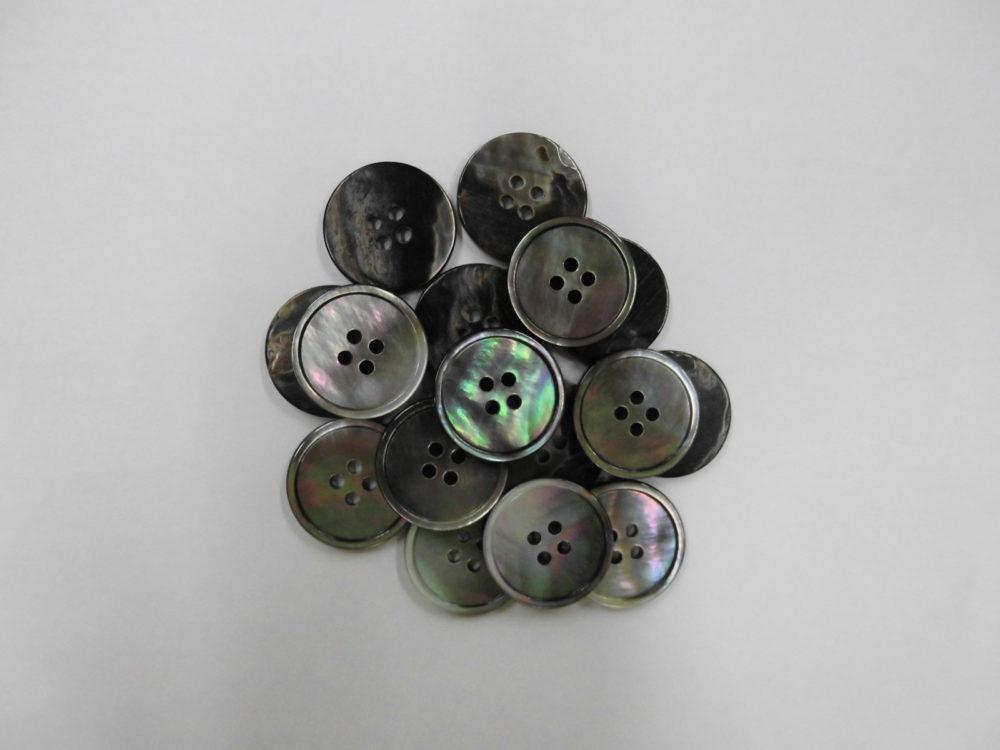 251SS※黒蝶貝(4穴) 20mm  1個65円(税込)