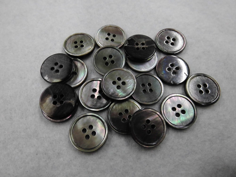 252SS※ 黒蝶貝(4穴) 15mm  1個45円(税込)