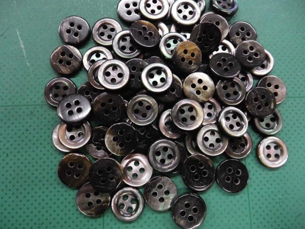 114TM 黒蝶貝(4穴) 11.5mm 1個30円(税込)