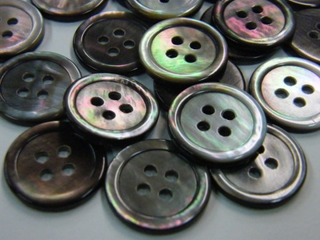 561SM黒蝶貝(4穴) 18mm 約厚2mm 1個50円(税込)